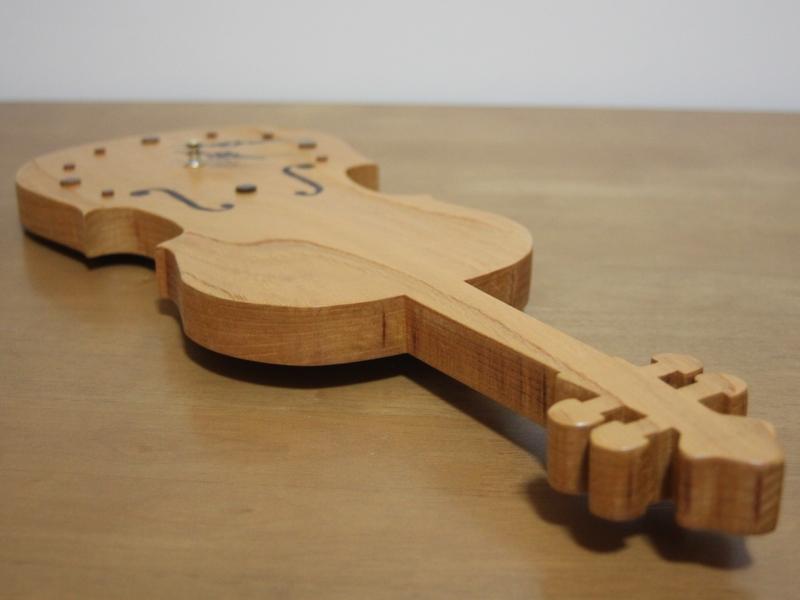 チェロの形の時計01