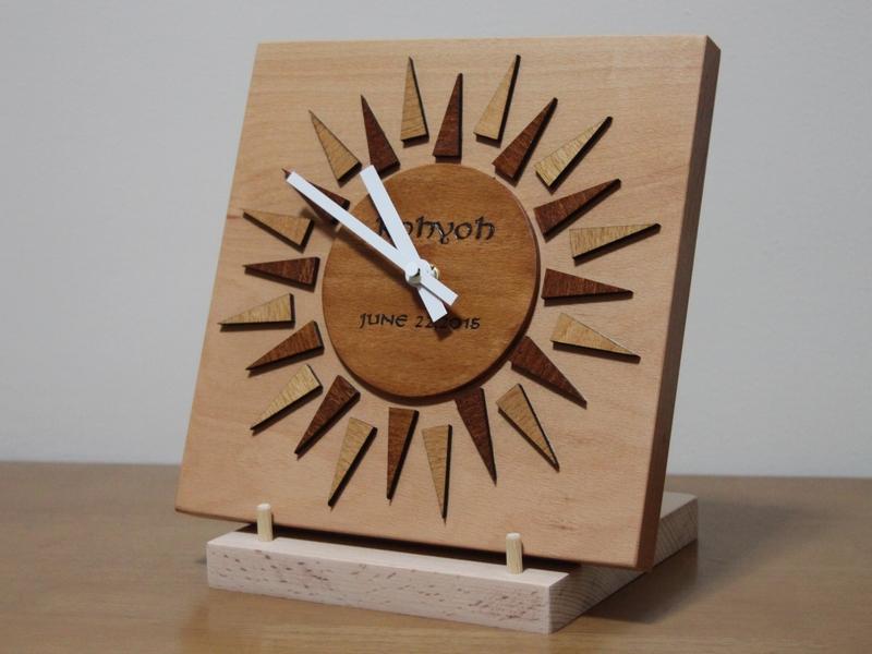 太陽のようなデザインの時計00