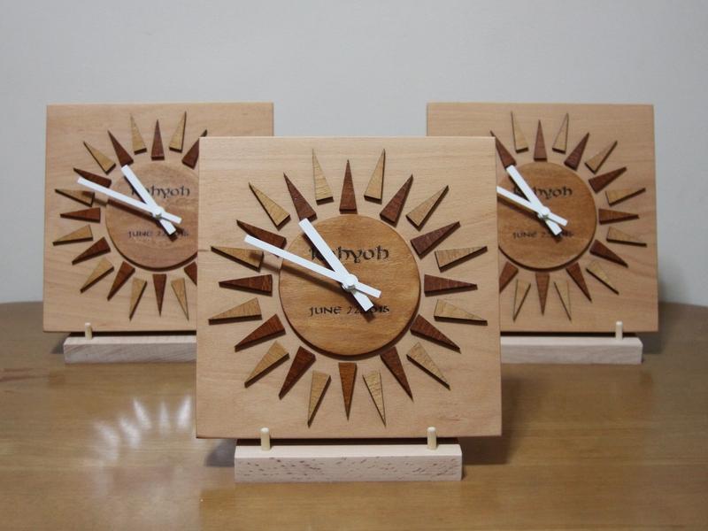 太陽のようなデザインの時計01