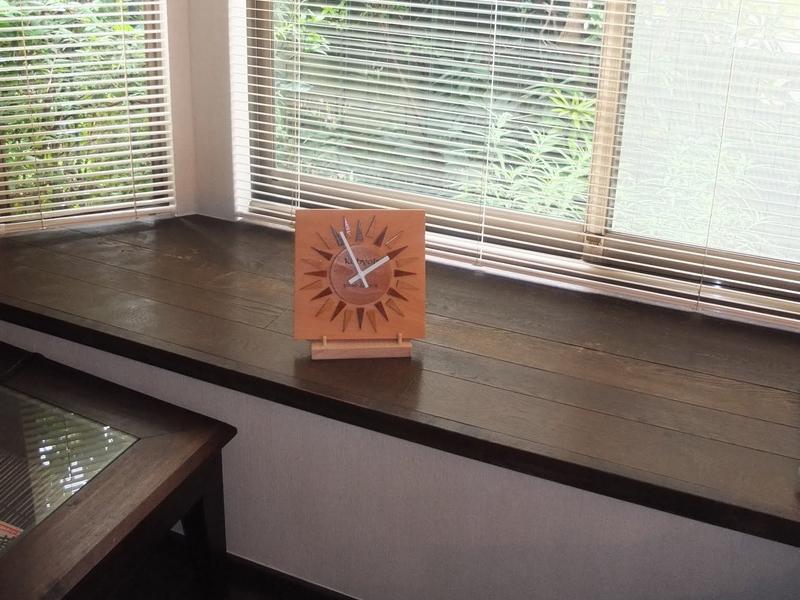 太陽のようなデザインの時計02